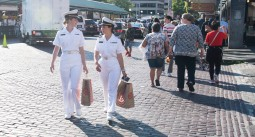 180804-N-KH214-0005 SEATTLE (August 4, 2018) Sailors explore Pike's Place Market and downtown Seattle during the 69th annual Seafair Fleet Week. Seafair Fleet Week is an annual celebration of the sea services wherein Sailors, Marines and Coast Guard members from visiting U.S. Navy and Coast Guard ships and ships from Canada make the city a port of call. (U.S. Navy photo by Mass Communication Specialist 2nd Class Scott Wood/Released)